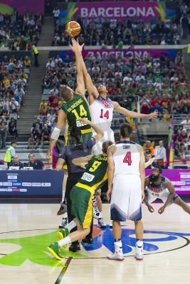 Plakát Jonas Valančiūnas a Anthony Davis v akci na FIBA World Cup basketbalový zápas mezi USA a Litvou týmem, konečné skóre 96-68, 11. září 2014 v Barceloně, ve Španělsku