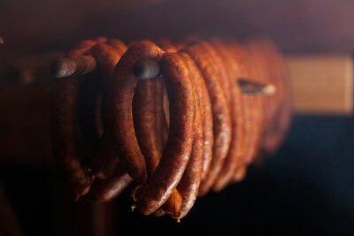Plakát Tradiční jídlo. Uzené sausuages v udírně.
