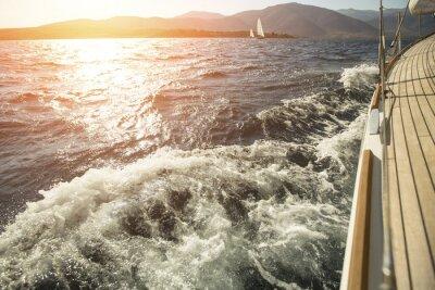 Plakát Yacht, moře přes palubu, závod plachetnic při západu slunce.