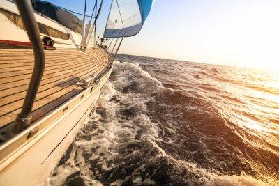 Plakát Yacht plachtění směrem k západu slunce. Luxusní jachty.