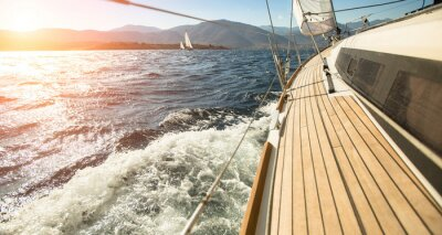 Plakát Yacht plachtění směrem k západu slunce. Plachtění. Luxusní jachty.