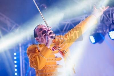Plakát Yateley, Velká Británie - 30 června 2012: Profesionální Freddie Mercury hold umělec Steve Littlewood vystupovat na GOTG festivalu v Yateley, Velké Británii