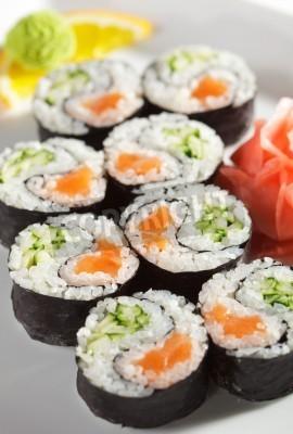 Plakát Yin Yang Maki Sushi - Roll z čerstvého lososa a okurkou uvnitř. Nori Outside