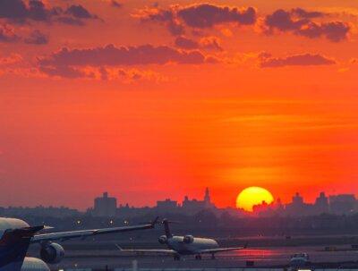 Plakát Západ slunce na letišti s letouny připraven ke startu