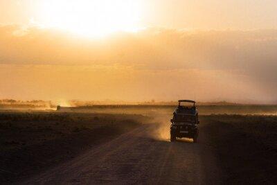 Plakát Západ slunce v africké savany, siluety safari vozem a zvířaty, Afriky, Keni, Amboseli národní park