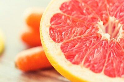 Plakát zblízka čerstvého šťavnatého grapefruitu plátek na stole