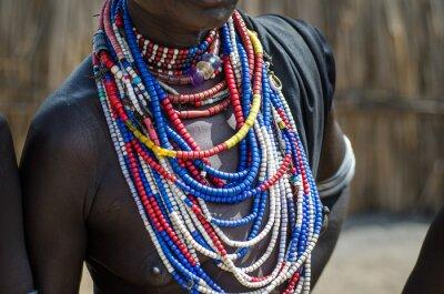 Plakát Zblízka náhrdelníky Arbore kmene ženy