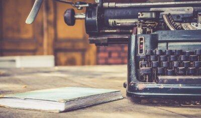Plakát zblízka psacího stroje vinobraní retro stylu