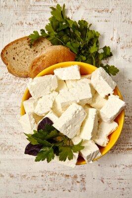 Plakát zdravé jídlo. tvaroh a chleba na bílém dřevěném podkladu