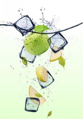 Plakát Zelená plátky jablek s kostkami ledu