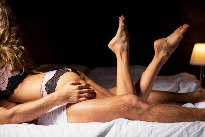 Plakát Žena ležela na vrcholu muže v ložnici