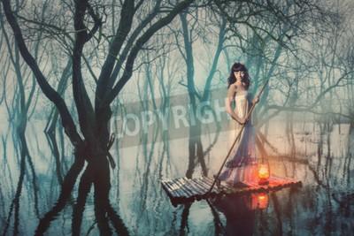 Plakát Žena na voru s lucernou plovoucí na rybníku v mlžném lese. Pohádka žena v dlouhých šatech.