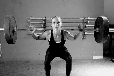 Plakát žena na vzpírání zasedání - CrossFit cvičení.
