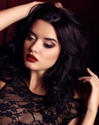 Plakát žena s tmavými vlasy a večerní make-up, nosí luxusní černé krajkové šaty