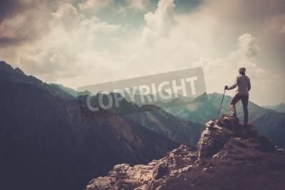 Plakát Žena turista na vrcholu hory