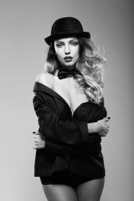 Plakát Žena v mužském bundu. Černý a bílý.