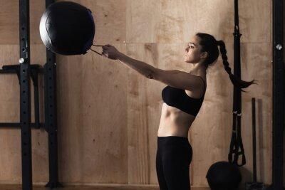 Plakát Žena výtah hmotnost koule v tělocvičně