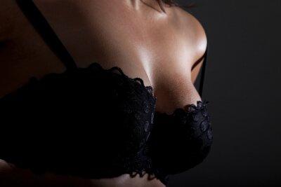 Plakát ženy prsou