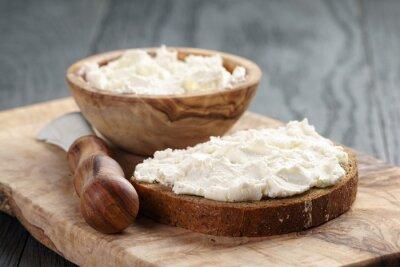Plakát žitný chléb s tvarohem na dřevěném stole