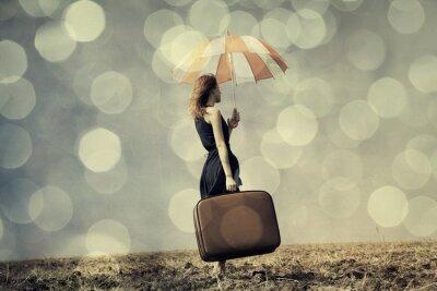 Plakát Zrzka dívka s deštníkem a kufrem na větrné oblasti